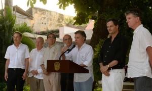 """El Presidente Juan Manuel Santos, acompañado por integrantes del equipo negociador y asesores internacionales,  afirmó que el acuerdo al que se llegó en materia de justicia transicional es """"el mejor acuerdo que jamás se haya logrado""""."""