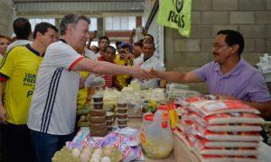 Saludo del Presidente Juan Manuel Santos a los comerciantes este viernes en la plaza de mercado de Sahagún, Córdoba.