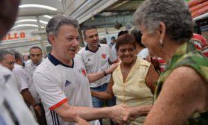 El Presidente Juan Manuel Santos departe con los habitantes de Sahagún, Córdoba, durante su recorrido de este viernes por la plaza de mercado del municipio.