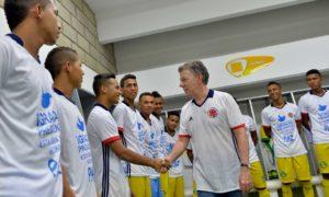 El Presidente Santos saluda en los camerinos a deportistas que se benefician con el nuevo estadio de fútbol 'Armando Tuirán Paternina', inaugurado este viernes en Sahagún, Córdoba.