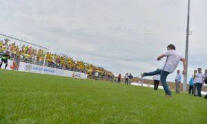 El Presidente Santos cobra un tiro penal durante la inauguración este viernes del estadio de fútbol 'Armando Tuirán Paternina' de Sahagún, Córdoba.