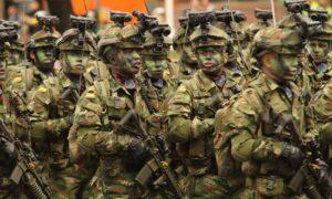 A la orden de cánticos militares, este grupo de soldados de la patria marchan durante el Desfile Militar que conmemora los 206 años de Independencia.
