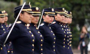 Sobresalen en el Desfile Militar de Independencia las mujeres oficiales de la Fuerza Pública de Colombia.