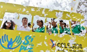 El Presidente Santos con estudiantes del Colegio La Paz de Santa Marta, que forma parte del programa 'Colegios Amigos del Turismo' del Ministerio de Comercio, que en el país cobija a 186 instituciones con más de 160 mil alumnos de 27 departamentos