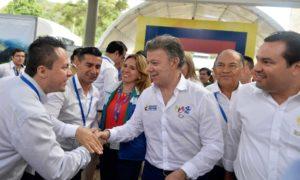 Momentos antes de clausurar la II Cumbre de Gobernadores 2016, el Presidente Santos saludó a varios de los participantes en el evento, acompañado por el Gobernador de Santander, Didier Tavera.