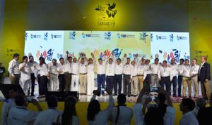 El Presidente Santos posa al lado de los gobernadores del país, quienes le manifestaron su total respaldo a los esfuerzos del Gobierno por llevar a buen puerto las negociaciones de paz.