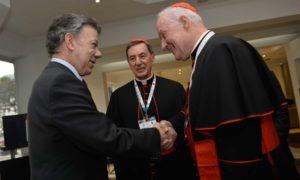 El Presidente Juan Manuel Santos saluda al presidente de la Pontificia Comisión para América Latina (CAL), cardenal Marc Ouellet, poco antes de comenzar el Congreso de Jubileo Continental de la Misericordia. Los acompaña el arzobispo de Bogotá, cardenal R