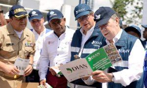 El Presidente Santos con funcionarios de la Dian durante la puesta en marcha de los escáneres con rayos X para la inspección de mercancías en el Puerto de Buenaventura.