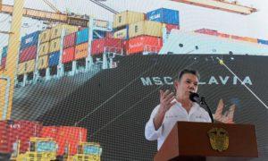 """""""Todo esto es mayor competitividad y se traduce en mayor empleo"""",  afirmó el Presidente Santos al poner en servicio escánares de seguridad y grúas pórtico en el Puerto de Buenaventura."""