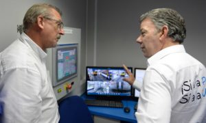 El Presidente Santos recibe la explicación sobre el funcionamiento de los nuevos escáneres para la inspección de mercancías en el Puerto de Buenaventura.
