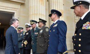 El Presidente Juan Manuel Santos saluda a los comandantes de la Fuerza Pública, momentos antes de iniciar el acto de activación del comando conjunto de verificación y monitoreo