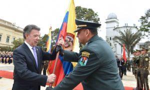 """""""Le entrego esta bandera de guerra, pero para hacer y preservar la paz"""", le dijo el Presidente Santos al Brigadier General Carlos Rojas, durante el acto de activación del comando conjunto de verificación y monitoreo."""