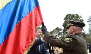 El Presidente Santos entrega el Pabellón Nacional al Brigadier General de la Policía, Álvaro Pico, en el acto de activación del comando conjunto de verificación y monitoreo.