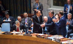 El Secretario General de la ONU, Ban Ki-moon felicita al Presidente Juan Manuel Santos tras la entrega del Acuerdo Final para la Terminación del Conflicto en el Consejo de Seguridad.