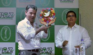 El Presidente Juan Manuel Santos recibe un obsequio alusivo a la paz de manos del rector de la Universidad de Córdoba, Jairo Torres Oviedo.