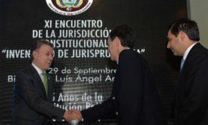 El Presidente Juan Manuel Santos saluda al Presidente del Consejo de Estado, Danilo Rojas, antes de inaugurar el XI Encuentro de la Jurisdicción Constitucional.