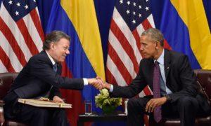 Apretón de manos del Presidente de EEUU, Barack Obama, que ha respaldado la búsqueda de la paz en Colombia, y del Jefe del Estado colombiano, en la entrevista que tuvieron este miércoles en Nueva York.