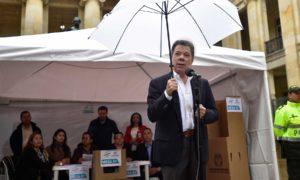 """""""Todos los colombianos podemos y debemos ser protagonistas de ese cambio histórico para nuestra nación"""" afirmó el Presidente Santos al depositar su voto con motivo del plebiscito."""