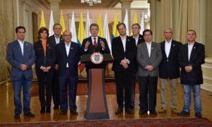 """""""No me rendiré. Seguiré buscando la paz hasta el último día de mi mandato"""", dijo el Presidente Santos al pronunciarse sobre los resultados del plebiscito, acompañado por el equipo negociador de paz."""