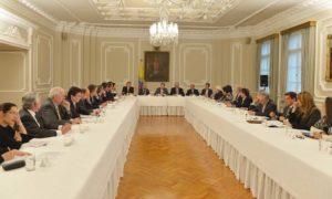 Los gremios económicos, al término de una reunión con el Presidente Juan Manuel Santos, respaldaron el Pacto Nacional para salvar el acuerdo de paz y pidieron celeridad en el diálogo.