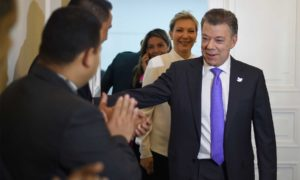 El Presidente Juan Manuel Santos y su esposa Maria Clemencia Rodríguez, saludan a los periodistas momentos antes de ofrecer una declaración luego de que le fue otorgado el Premio Nobel de Paz 2016.