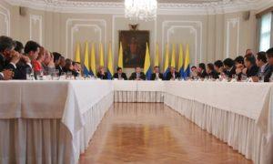 En la reunión con los gobernadores, el Presidente Santos fue acompañado por el Ministro del Interior, Juan Fernando Cristo, el Alto Consejero para las Regiones, Carlos Correa y la Gobernadora del Valle del Cauca, Dilian Francisca Toro.
