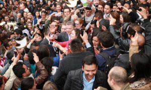 El Presidente Santos recibió el cálido homenaje de los funcionarios públicos reunidos en la Plaza de Armas de la Casa de Nariño, y quienes lo felicitaron por el otorgamiento del Premio Nobel de Paz 2016.