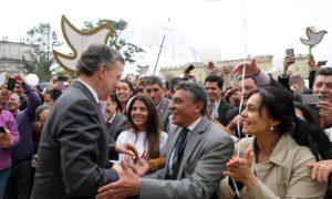 El Presidente Santos se despide de los centenares de funcionarios públicos que lo visitaron en la Casa de Nariño para felicitarlo por el otorgamiento del Premio Nobel de Paz 2016.