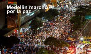 Miles de habitantes de Medellín se congregaron este viernes y desfilaron por las principales avenidas de la ciudad en apoyo al proceso de paz y para pedir que se logren acuerdos.