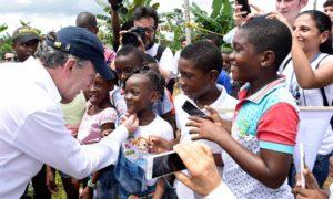 En su primera salida desde que fue distinguido con el Premio Nobel de Paz, el Presidente Santos llegó a Bojayá (Chocó), donde fue recibido por niños y cantos de la región, antes de la misa dominical en una de las poblaciones más sufridas por el conflicto.