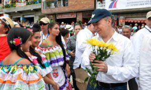 El Presidente Santos es recibido calurosamente por los habitantes de Nariño, uno de los 3 municipios antioqueños junto con La Unión y Guatapé declarado este sábado libre de sospecha de contaminación de minas antipersonal.