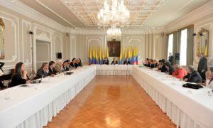 Junto al Alto Comisionado para la Paz, Sergio Jaramillo, y el Secretario General de la Presidencia, Luis Guillermo Vélez, el Presidente Santos expuso los avances del diálogo nacional que lidera para sacar adelante los acuerdos de paz.