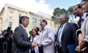 El Presidente Santos saluda a representantes sociales, quienes le pidieron que cumpla con el mandato de paz que le fue conferido.