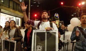 Por las víctimas de la guerra, el acuerdo se respeta, fue otra de las consignas en la marcha de este jueves en Bogotá..