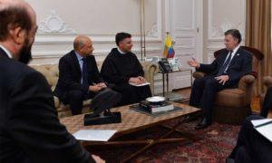 La Organización Internacional por La Paz Francisco de Asís otorgó al Presidente Santos el premio del año 2016 por sus esfuerzos de paz en Colombia, anunciado por el fraile Enzo Fortunato.