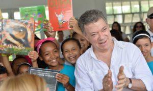 Estudiantes del Megacolegio Las Gardenias dan la bienvenida al Presidente Juan Manuel Santos, quien encabezó los actos de inauguración del centro educativo.