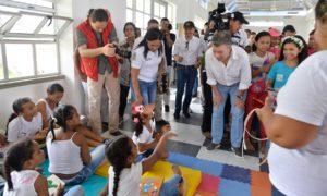 El Presidente Juan Manuel Santos conversa con niños que se encuentran realizando distintas actividades recreativas, momentos antes de inaugurar el megacolegio Las Gardenias.
