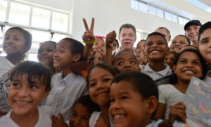 El megacolegio Las Gardenias beneficiará a 2.000 estudiantes de la localidad metropolitana, algunos de los cuales dieron la bienvenida al Presidente Juan Manuel Santos.