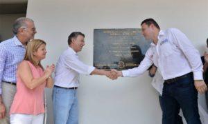 El Presidente Santos devela una placa conmemorativa a la inauguración del megacolegio Las Gardenias en Barranquilla, junto con el Ministro encargado de Educación, Francisco Cardona y la Ministra de Vivienda, Elsa Noguera.