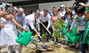 La siembra de un árbol simbolizó la inauguración del megacolegio Las Gardenias en Barranquilla, en un acto que lideró el Presidente Santos, el Gobernador del Atlántico Eduardo Verano y el Ministro encargado de Educación, Francisco Cardona.