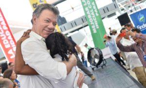 El Presidente Juan Manuel Santos abraza a una de las niñas que disfrutará del megacolegio Las Gardenias, inaugurado este domingo por el Primer Mandatario.
