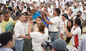 El Presidente Santos habló este domingo en Barranquilla con Jonathan y Oscar, estudiantes de Medicina e Ingeniería Eléctrica, respectivamente, que se beneficiaron del programa Ser Pilo Paga. Es otra forma se sembrar paz, dijo el Mandatario.