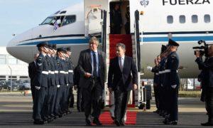 El Vizconde Hood, representante de la Reina Isabel II, dio este lunes la bienvenida al Presidente de Colombia, Juan Manuel Santos, al llegar a la capital británica para una Visita de Estado. de cuatro días.