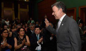 El Presidente Juan Manuel Santos saluda a los asistentes a la inauguración del XXII Encuentro de la Jurisdicción de lo Contencioso Administrativo.