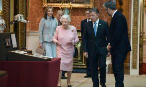 La Reina Isabel II de Inglaterra conduce al Presidente Juan Manuel Santos y a su esposa, María Clemencia Rodríguez, a ver la exposición de objetos colombianos que guarda la Casa Real.