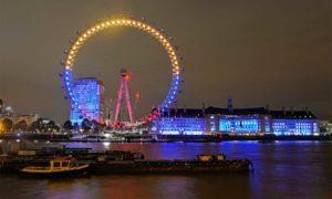 """A orillas del Támesis, el llamado """"Ojo de Londres"""", una rueda de 135 metros de altura, luce los colores de la bandera colombiana durante la Visita de Estado que cumple el Presidente Juan Manuel Santos a Gran Bretaña."""