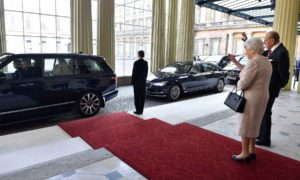 La Reina Isabel II y el Príncipe Felipe despiden al Presidente Juan Manuel Santos y a su esposa María Clemencia al salir del Palacio de Buckingham, luego de tres días de Visita de Estado a la capital británica.