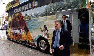 """""""Este bus significa que Colombia tiene una oferta exportable muy atractiva y que tenemos que promocionarla en todas partes del mundo"""", dijo este viernes el Presidente Santos al visitar el autobús de ProColombia, que promueve al país."""