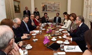El Presidente Juan Manuel Santos se reunió este viernes en Londres con los embajadores de Colombia en los países europeos, para analizar las relaciones con esas naciones y la situación de cada una en particular.