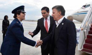 La coronel Mary Teeter, Comandante del 89th Airlift Wing, escuadrón al servicio del Presidente de EEUU y otras personalidades, saluda al Presidente Santos a su llegada a la Base Aérea Andrews en Maryland.
